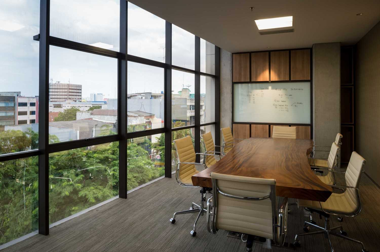 Foto inspirasi ide desain ruang meeting Galileo meeting room oleh hmparchitects di Arsitag