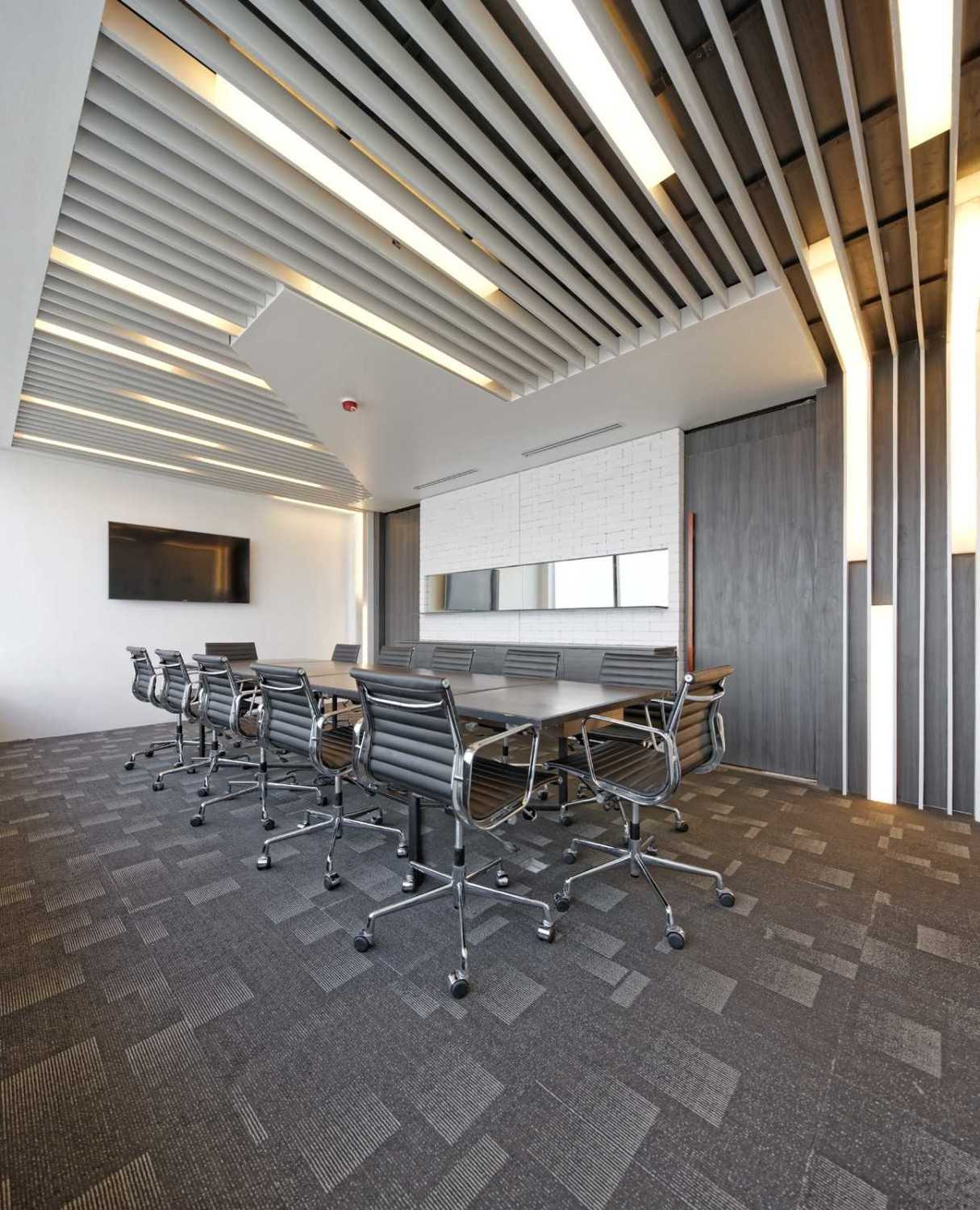 Foto inspirasi ide desain ruang meeting Boardroom area oleh Delution Architect di Arsitag