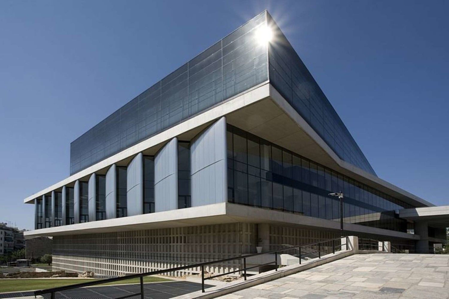 The Acropolis Museum di Atena (Sumber: architizer.com)