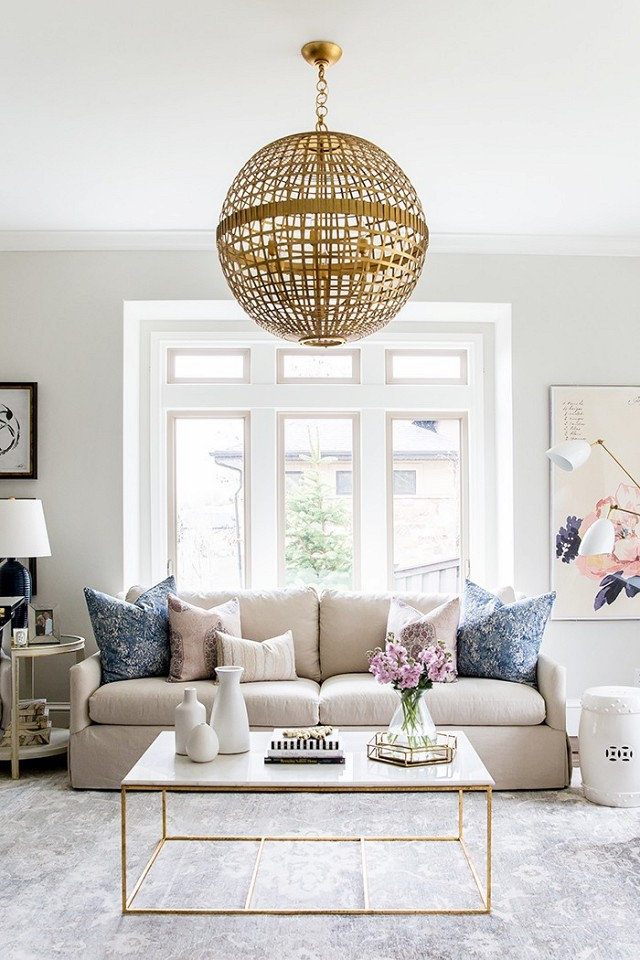 Coffee table ruang keluarga di Salt Lake City oleh Lindsay Salazar (sumber: mydomaine)