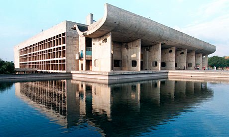 The Chandigarh Legislative Assembly di Chandigarh, India karya Le Corbusier menampilkan tiga bangunan utama terbuat dari beton masif melengkung setebal 15 cm (sumber :  theguardian.com)