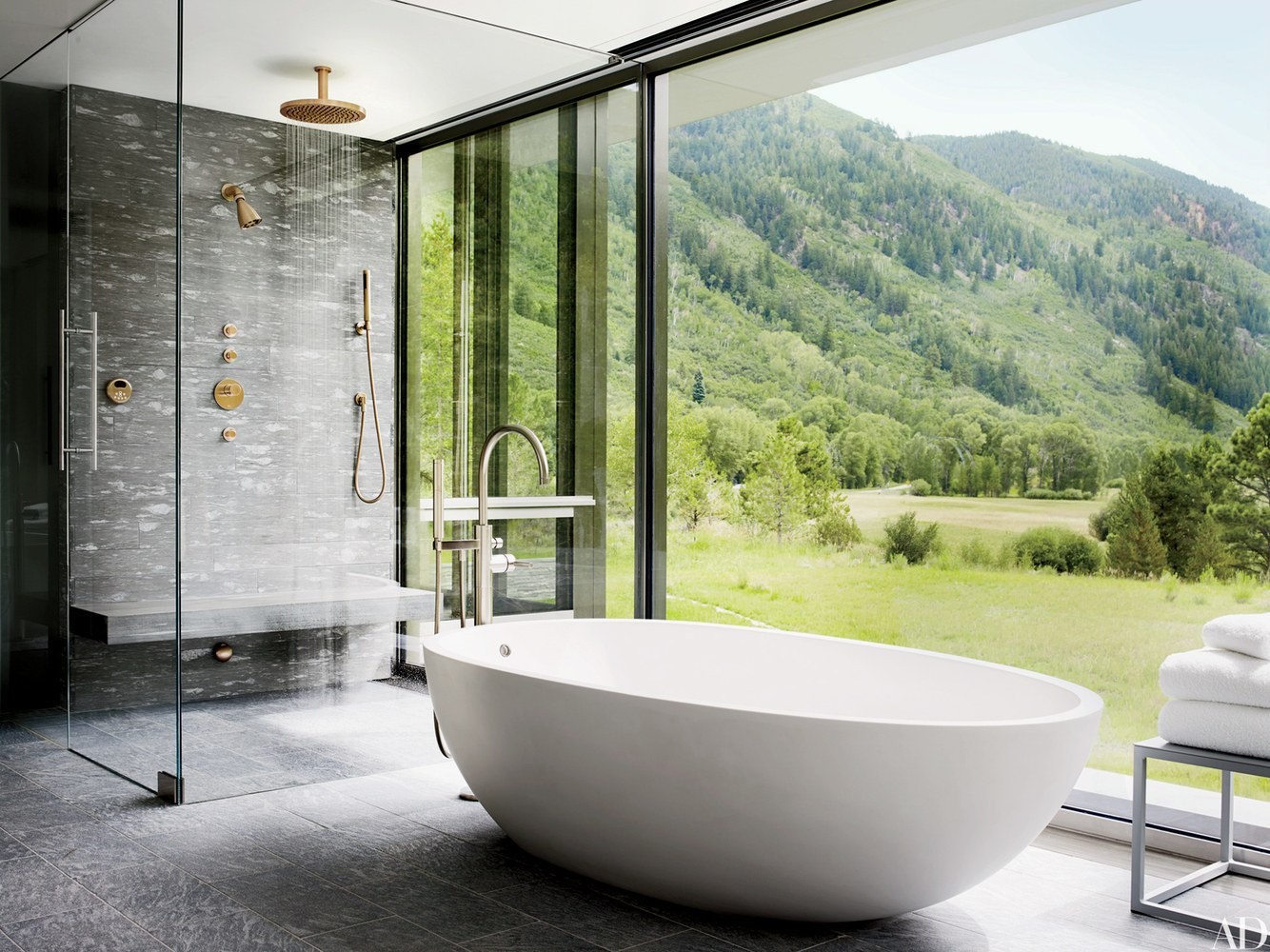 Inspirasi kamar mandi di Aspen, Colorado by architects Bohlin Cywinski Jackson and Shelton, Mindel & Assoc. (sumber: architecturaldigest.com)