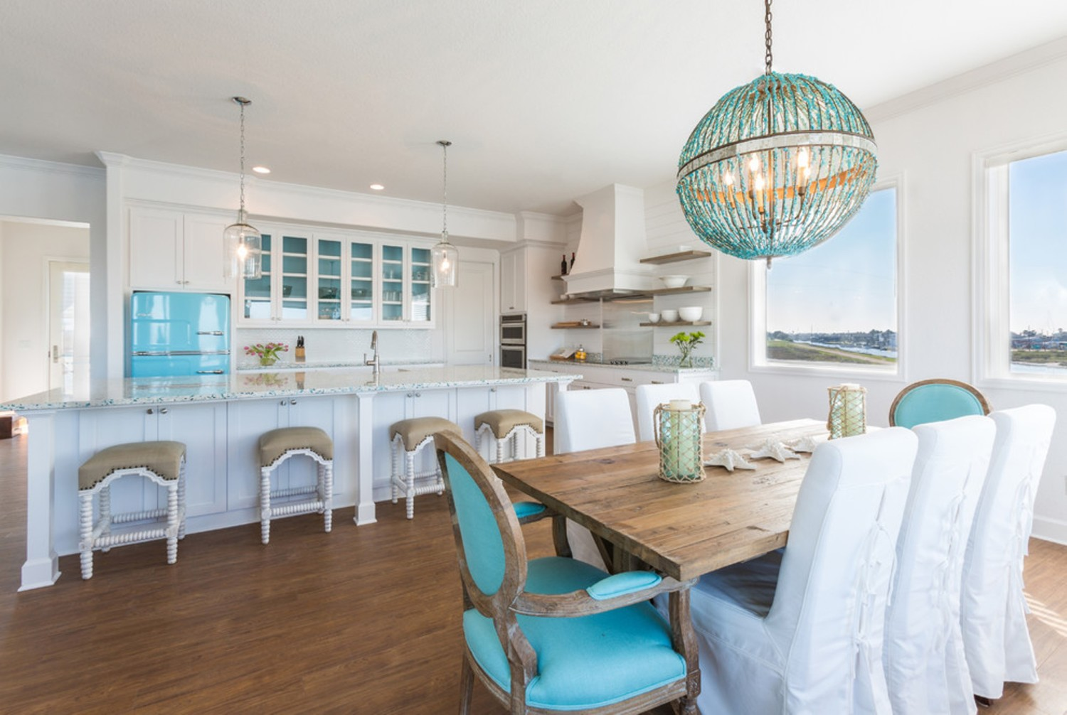Aksen dapur Beach House Retreat di Houston (Sumber: houzz.com)